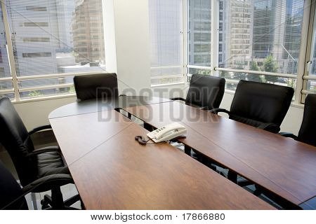 Meeting room with reunion table, windows and shades