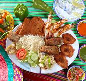 Постер, плакат: Ассорти из морепродуктов на гриле в Мексике Текила chili горячие соусы