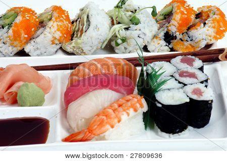 Platte von sortierten Sushi mit Hacken Stöcken, isolated over white