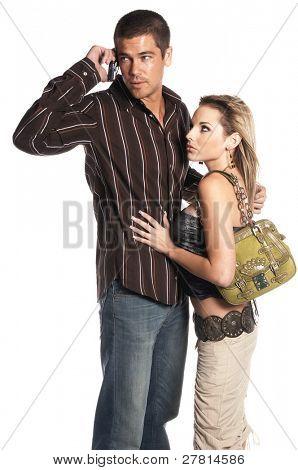 Pareja glamorosa moda vestida con el hombre hablando por un teléfono celular y haciendo caso omiso de la mujer