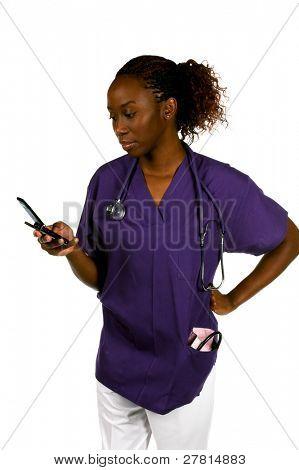 Enfermera afroamericana con manguito estetoscopio y la presión arterial y un teléfono celular