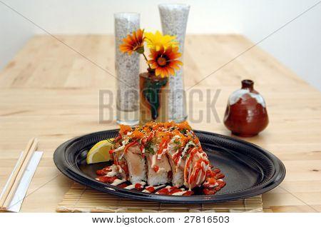 Tataki especial Sushi Roll. Atum picante em arroz de sushi de atum branco grelhado, cebola picada, ovas de smelt,