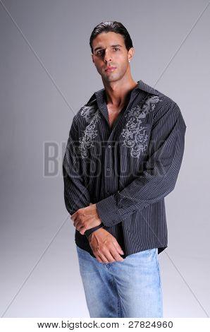 Hombre joven en pantalones vaqueros y una manga larga Negro vestido de camisa cuello camiseta