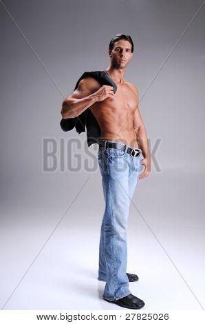 Jovem muscular permanente nua peito em jeans com uma camisa de manga comprida preto sobre seu shou