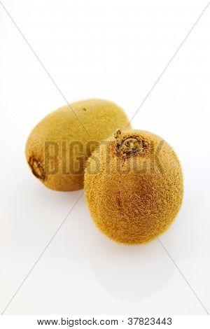Frutos de kiwi com fundo branco