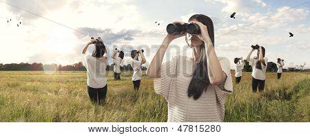 Multiplicado menina olhando com binóculos