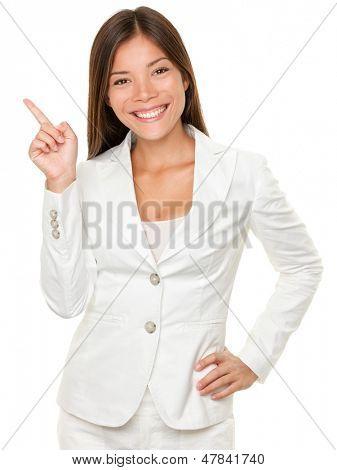 Retrato de feliz jovem empresária com mão no quadril para os lados apontando sobre fundo branco