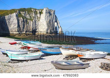 Barcos em uma praia de Baía Cote d'Albatre de pesca. França