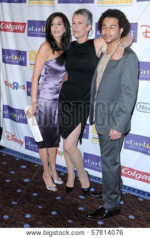 Teri Hatcher with Jamie Lee Curtis and Corbin Bleu  at the Starlight Children's Foundation's 'A Stellar Night' Gala. Beverly Hilton Hotel, Beverly Hills, CA. 03-27-09