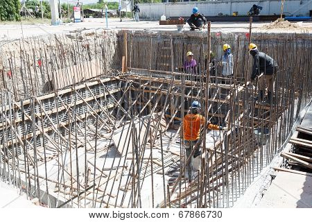 Rayong, Thailand-july 6:unidentified Thai People Construction Workers Positioning In Place Cement Fo