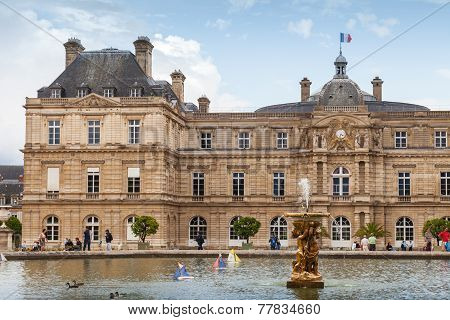 Luxembourg Palace And Pond With The Fountain