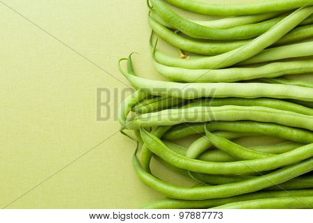 the green beans on green table