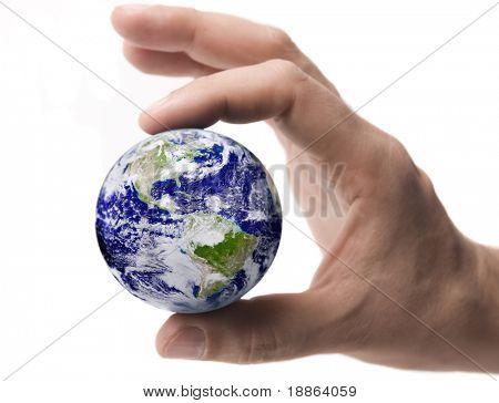 Erde zwischen männlichen Fingerspitzen, isolated on white