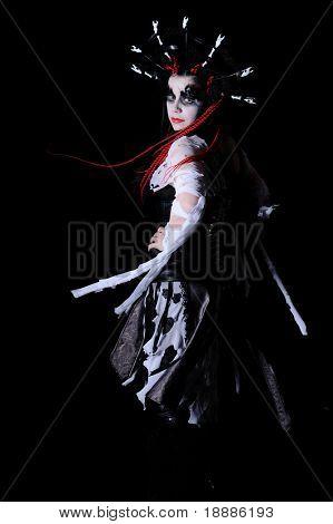 mulher vampiro com maquiagem de palco, isolada em preto