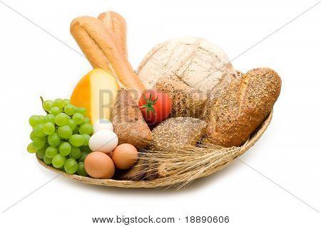surtido de alimentos sobre fondo blanco
