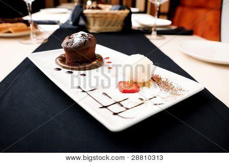 Fondant de chocolate con helado de vainilla y salsa de frambuesa