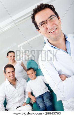 Pädiatrische männlich Zahnarzt mit seinem Team und ein junger patient