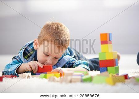 hübsch 3 Jahre alt mit Stock, mit Erstellen von Cubes verloren.?