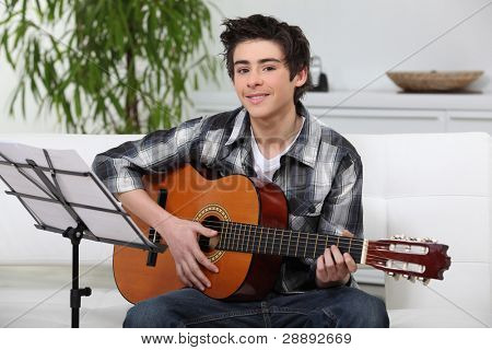 Una guitarra de aprendizaje del niño.