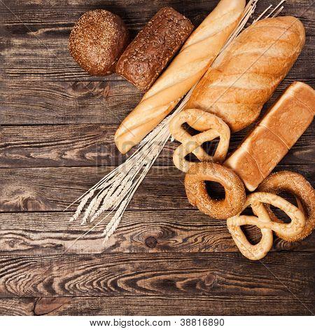 Brot-Sortiment auf einem Holztisch