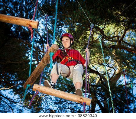 Menina escalada no Parque de aventura