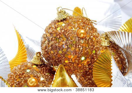 Einige Goldene Weihnachtskugel und hügeligen goldene und Silberne Garland auf weißem Hintergrund