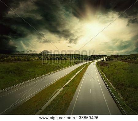 Schöne Aussicht auf die Straße unter Himmel mit Wolken