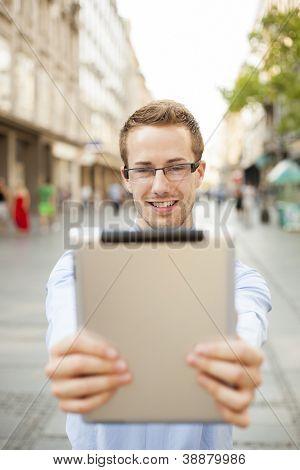 Empresário usando computador Tablet no espaço público