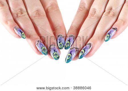Manos de mujer con adorno hermoso uñas artísticas sobre un blanco