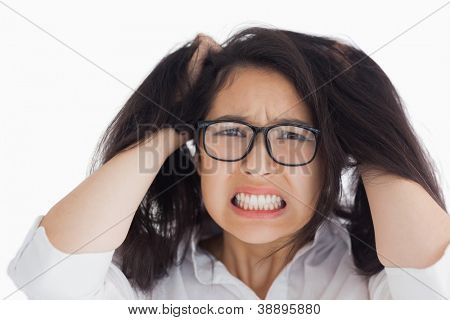 Mujer preocupada poniendo su mano en la cabeza en el fondo blanco