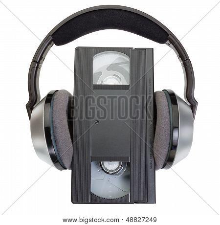 Eine alte klassische Videokassette Vhs und kabellose Kopfhörer.