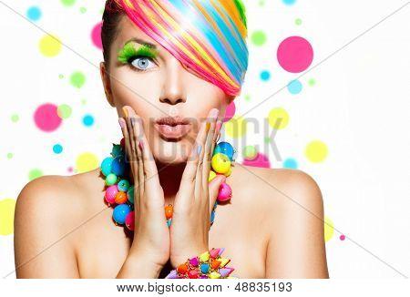 Retrato de menina beleza com maquiagem colorida, cabelo, esmaltes e acessórios. Colorido, Studio Shot