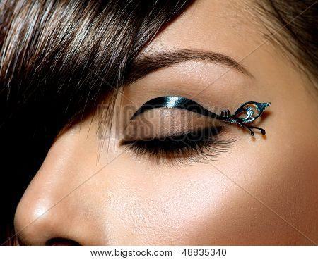 Mode Augen bilden. Stilvolle weibliche Eye mit Black-Liner Make-up. Eyeliner. Beauty Make-up. Stilvolle