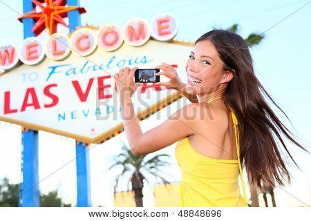 Las Vegas Sign Tourist Frau glücklich Aufnahme Foto mit Smartphone vor Willkommen zu Fabu