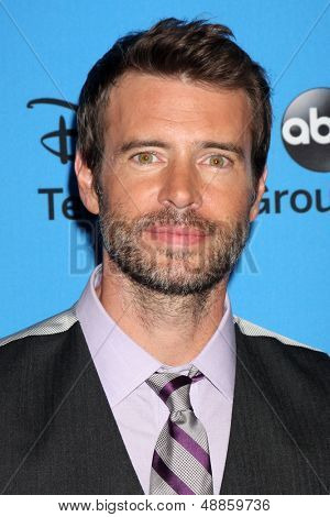 LOS ANGELES - AUG 4:  Scott Foley arrives at the ABC Summer 2013 TCA Party at the Beverly Hilton Hotel on August 4, 2013 in Beverly Hills, CA
