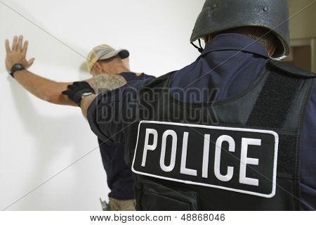 Rückansicht des Polizisten verhaften Mann