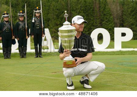 Moscovo, Rússia - 28 de julho: Michael Hoey da Irlanda do Norte celebra com o troféu após vencer