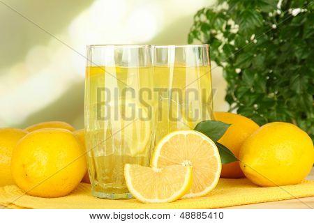 Limonada deliciosa sobre mesa de luz de fundo