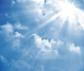 picture of sun rays  - A photography of a blue sky with sun rays - JPG