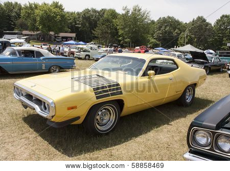 Yellow Plymouth Road Runner 440-8 Right Side