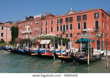 Góndolas estacionadas en el gran Canal, Venecia, Italia