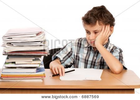 Colegial disgustado por la cantidad de trabajo que tiene que ver