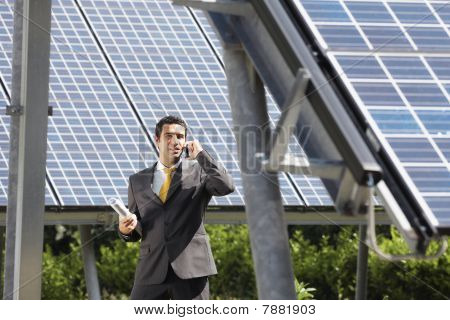 Empresario y paneles solares
