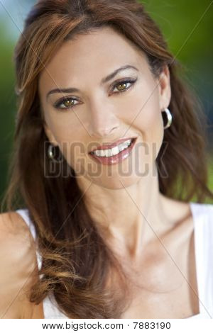Outdoor Portrait of a beautiful young Woman dreißig