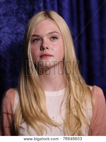 LOS ANGELES - NOV 22:  ELLE FANNING arrives to the
