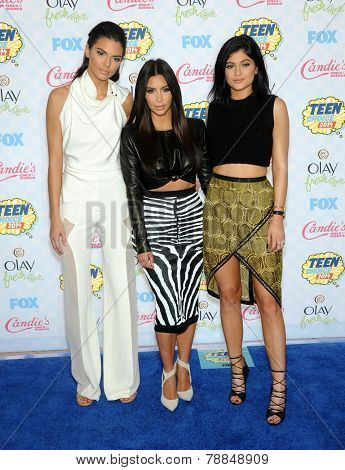 LOS ANGELES - AUG 10:  Kendall Jenner, Kim Kardashian & Kylie Jenner arrives to the Teen Choice Awards 2014  on August 10, 2014 in Los Angeles, CA.