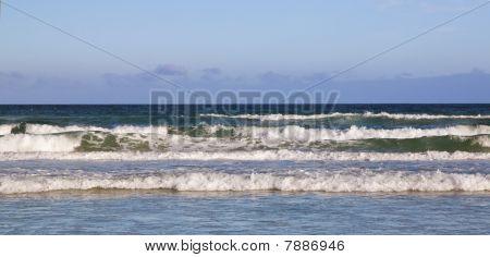 Quebrando em uma praia de surf