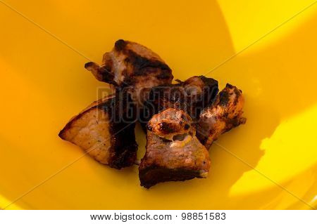 Five pieces of barbecue in yellow tarekle