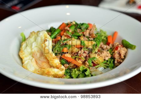 Thai noodle Fried Stir Basil with Minced pork with fried egg