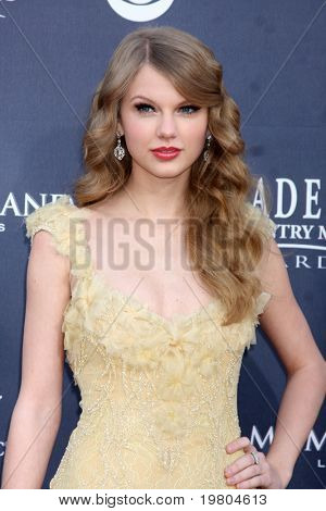 LAS VEGAS - APR 3:  Taylor Swift arrives at the Academy of Country Music Awards 2011 at MGM Grand Garden Arena on April 3, 2010 in Las Vegas, NV.
